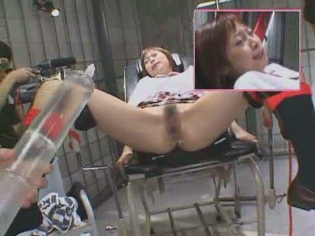 台に拘束されたまま指マンされた後、アナルも指で責められるJK!