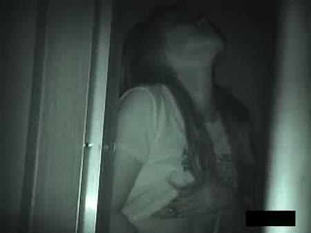 真っ暗闇の中で手マンオナニーをする美少女