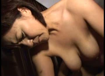 垂れ乳巨乳の人妻が、騎乗位でおっぱいを揺らしながら腰を振る中出しハメ撮りセックス。