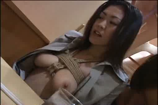 美女のSM無料おばさん動画。       【SM調教/恥辱調教される美女のマニア向け卑猥映像】縛られた奥さまとファミレスで食事